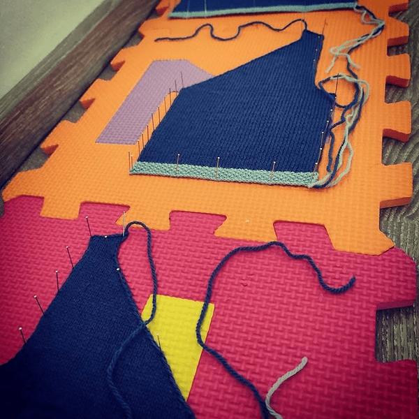 Bloquer un tricot en utilisant des épingles et un tapis en mousse
